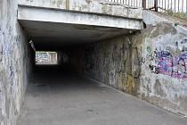 Podchod na Písečné v Chomutově. Špína, tma a graffiti. Málokomu se tudy chce jít za tmy