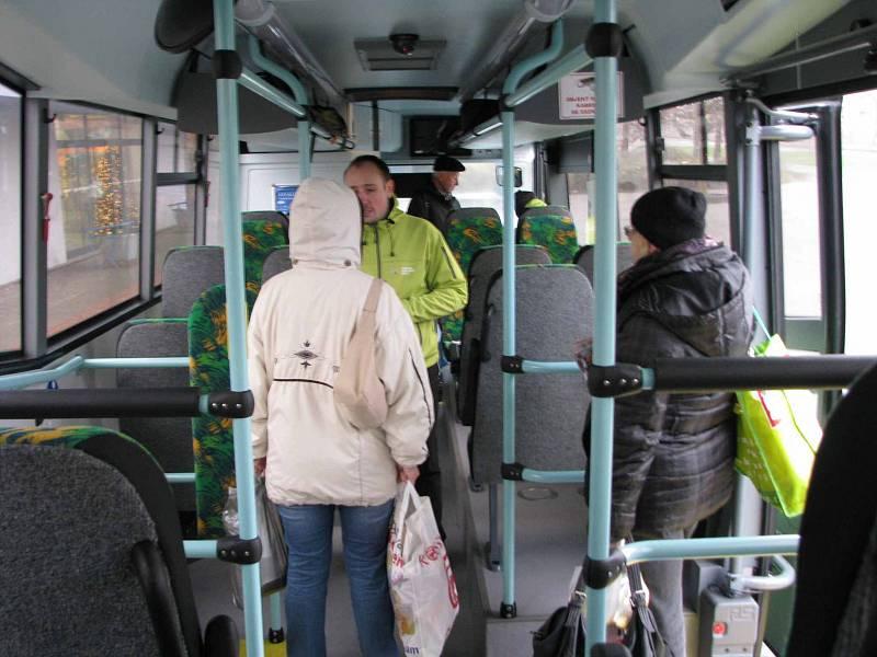 Ústecký kraj představil ve středu u obchodního centra Chomutovka nové zelené autobusy, které vyjedou prvního ledna na meziměstské linky.