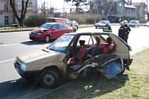Řidiče ze staršího vozu Favorit museli vystříhávat s pomocí hydraulických nůžek.
