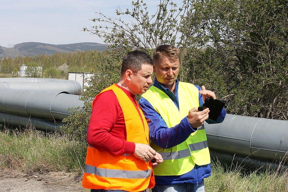 Generální ředitel ČEZ Teplárenské Petr Hodek (vlevo) a obchodní ředitel Mostecké montážní Martin Jurenka konzultují postup prací. Využívají k tomu přitom pořízené fotografie poškozených částí potrubí pořízené mobilním telefonem.