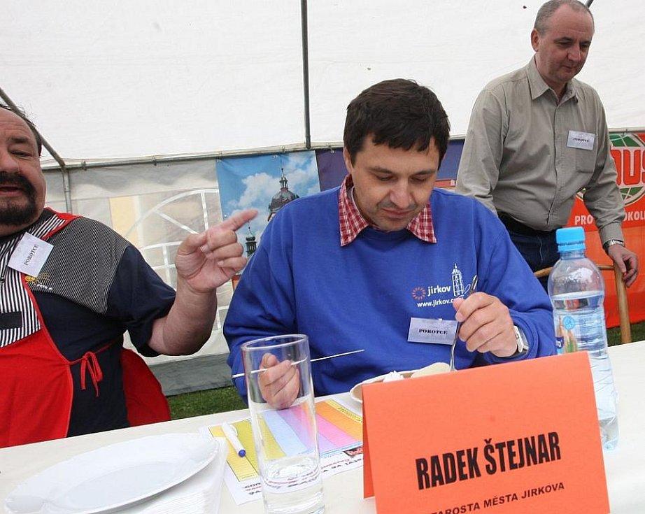 Jako jeden z porotců ochutnával svíčkovou i starosta Jirkova Radek Štejnar.