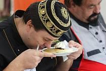 Jeden z profesionálních kuchařů v porotě důkladně zkoumá vůni soutěžní porce.