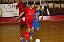 Divizní futsalové derby mezi Atleticem Chomutov (modří) a Perštejnem nabídlo dramatickou podívanou.