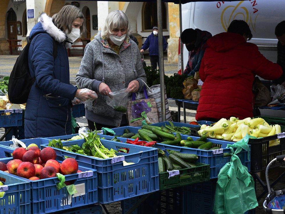 Farmářské trhy na náměstí v Chomutově.