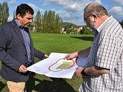Jirkovský starosta Radek Štejnar (vlevo) a ředitel školy Petr Jiráček na hřišti procházejí projektovou dokumentaci.