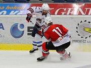 Na snímku z utkání Piráti Chomutov – Metalurg Novokuzněck, je Ivan Huml v souboji s Jevgenijem Kanickým č.17.
