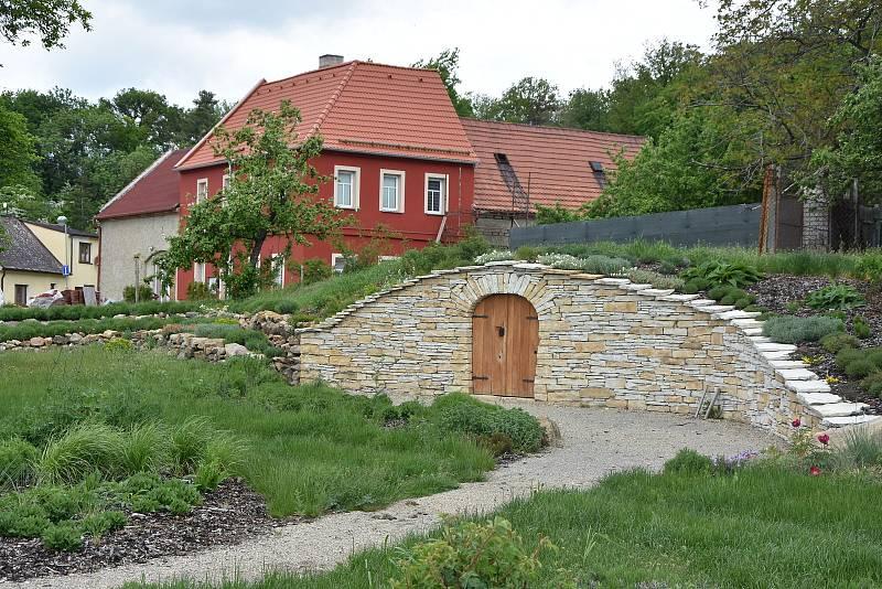 K vinařské tradici v Březně odkazuje veřejně přístupný park s vinohradem a vinným sklípkem. Roste tam více než sto druhů květin.
