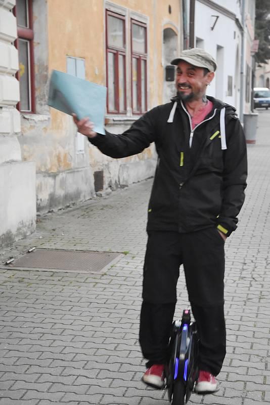 Většina voličů šla k parlamentním volbám po svých, někteří ale zvolili nějaký typ dopravního prostředku. Například v Mašťově na Chomutovsku přijel Václav Vrba na elektrické jednokolce a zajel s ní až do budovy radnice, kde se volby konaly.
