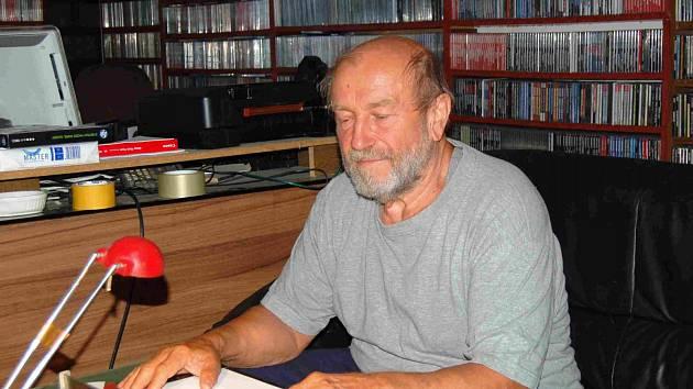 Stanislav Požárek (na snímku), se vrátil z Německa do Čech po 37 letech. Současnou vlnu uprchlíků, která zaplavuje Evropu sleduje s obavou. V Česku chce v klidu strávit zbytek života a užít si klidného stáří.