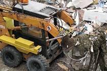 RIEGROVA ULICE. Včera začal úklid nahromaděných odpadků ve dvoře domu u budovy státní policie, pokračovat bude i dnes. Nájemníci vybydleného domu vyhazují odpadky přímo z oken.