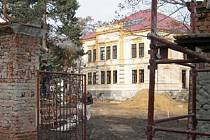 STAVEBNÍ RUCH. Samotná vila už zvenku vypadá jako nová, ale kolem je stále staveniště. Opravovat se bude i venkovní brána, ze stojanů musely dolů charakteristické bronzové sochy lva a lvice.