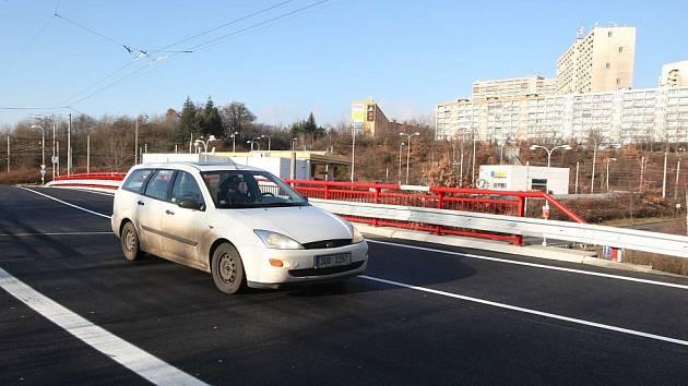 Nový most přes silnici I/13 pod sídlištěm Březenecká už je otevřený.