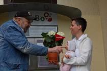 Otec babyboxu Ludvík Hess děkuje primářce dětského oddělení Patricii Kotalíkové. Ta se společně s dalšími lidmi zasloužila o vznik babyboxu v Kadani.