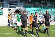 Aleš Pikl přivádí mužstvo na trávník v posledním domácím utkání ČFL 2014/15.