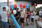 Ve frontě na balonky lidé stáli ještě těsně před jejich vypouštěním do oblak.