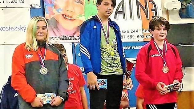 Na snímku je vlevo vzpěračka TJ VTŽ Chomutov Marie Rauerová při vyhlášení výsledků.