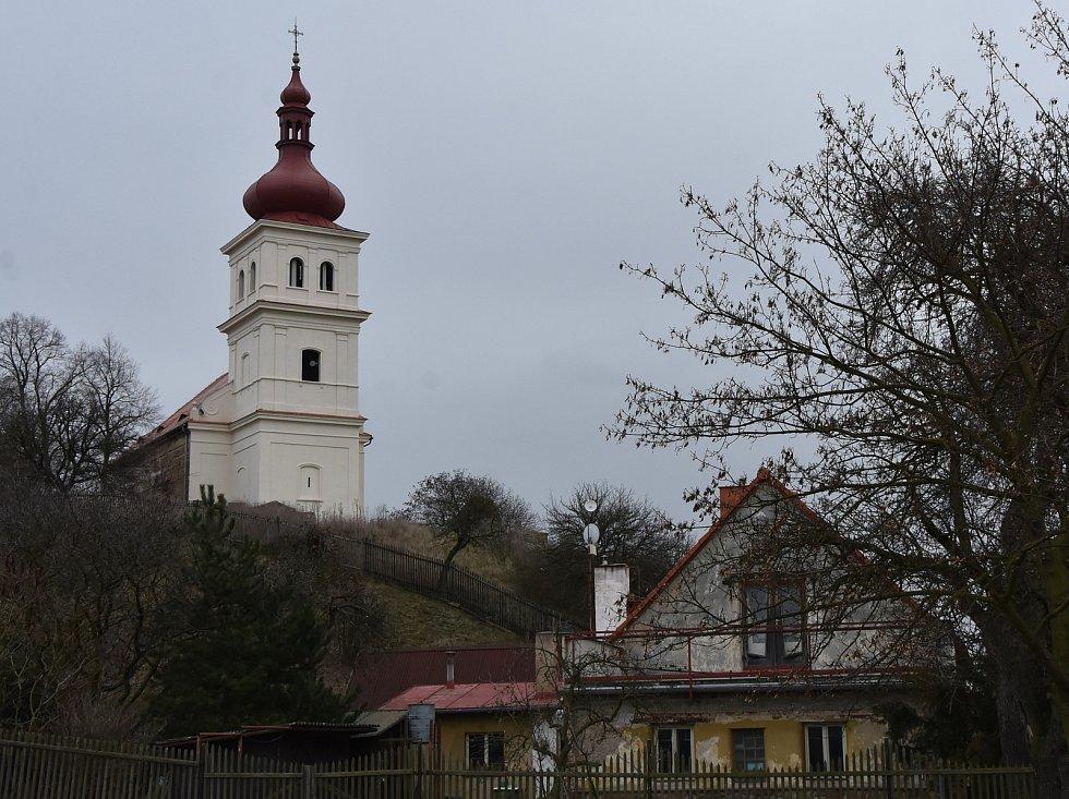 Kostel sv. Matouše apoštola v Přečáplech, které patří k Údlicím.