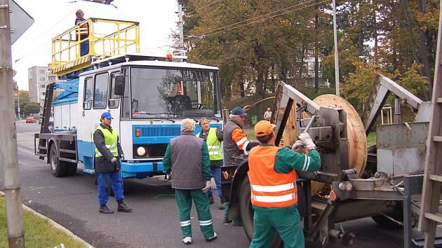 Technici připravují novou výhybku v Jirkově u polikliniky.