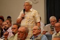Opoziční zastupitel Ladislav Drlý při diskuzi na prezentaci IPRM v městském divadle.