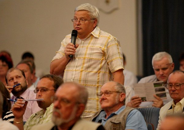 Opoziční zastupitel Ladislav Drlý při diskuzi na prezentaci IPRM vměstském divadle.