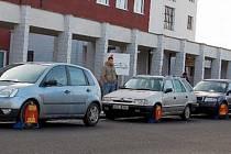 """TŘI BOTIČKY. Včera našla svá auta """"obutá"""" hned trojice chomutovských řidičů, kteří nedovoleně zaparkovali před místní nemocnicí."""