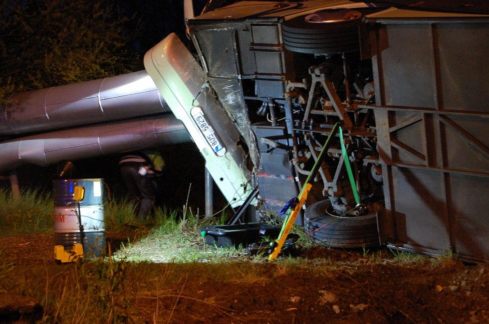 Autobus plný lidí havaroval po srážce s osobním autem u Prunéřova.