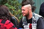 V atriu Chomutovské Hřebírkárny se sešli příznivci punkového žánru. Na pódiu se střídaly kapely a lidé se příjemně bavili.