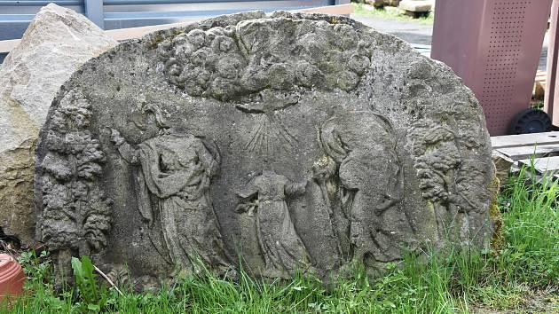 Po kapličce Nejsvětější Trojice z počátku 18. století v Černovicích zbyly jen kameny, úřad je ale s dobrovolníky vykopal a složené jsou na jeho dvoře. Kapličku chce znovu postavit.