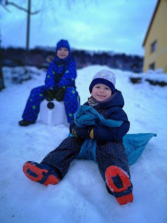 Pokud nejsou boby, děti vezmou zavděk jízdu na pytli nebo na kanystru.