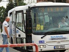 Linka číslo 13 právě zahajuje jednu ze svých nepravidelných jízd. Z autobusového nádraží v Jirkově míří na horní sídliště, aby odtud odvezla lidi na vlakové nádraží.