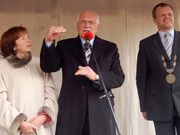 Prezident Václav Klaus s manželkou Livií a starostou Kadaně Jiřím Kulhánkem.
