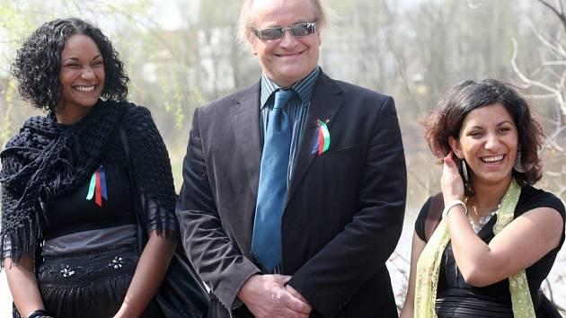 Na chomutovské oslavy přijel i ministr pro lidská práva a menšiny Michael Kocáb se svou mluvčí Lejlou Abbasovou (vlevo na snímku).