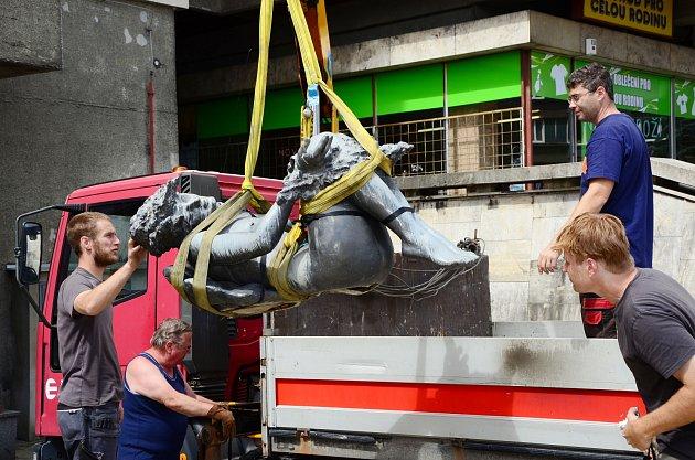 Demontáž sochy Venuše na Palckého ulici