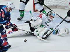 Čtvrtý zápas předkola play off hokejové extraligy Boleslav – Chomutov skončil 1:2. Jakub Sklenář se snaží překonat brankáře domácích Brandona Maxwella.