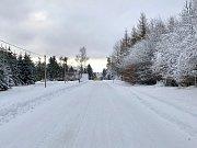 Srážky, Celná a silnice na Vysokou Jedli. Včera neprůjezdná cesta, ve čtvrtek 10. ledna vypadá skoro idylicky. Cesta na Rusovou je ale stále zavřená.