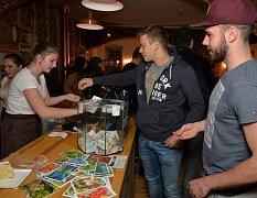 Prostory kavárny praskaly ve švech, událost nalákala desítky lidí.