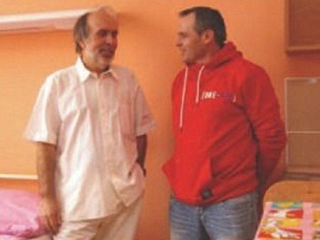 Ředitel nemocnice Josef Mašek s Jaroslavem Faktorem, který spolu s Pavlem Novým vybudoval nový pokoj pro maminky.