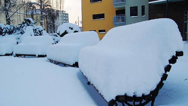 MĚKKÉ POSEZENÍ. Chomutováci si ve čtvrtek ráno mohli ověřit, kolik za noc napadlo sněhu. Stačil pohled na lavičky.