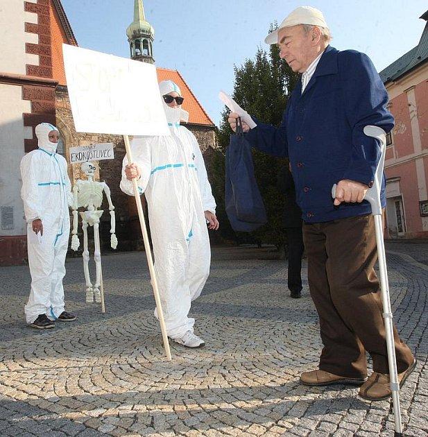 Dva dobrovolníci v bílých protichemických oblecích rozdávali v září 2011 letáky varující proti plánované stavbě skladu nebezpečných odpadů.