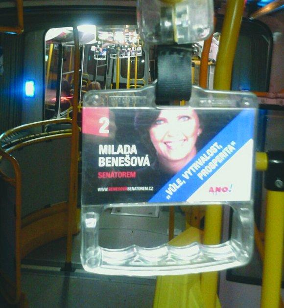 Milada Benešová na držadlech vtrolejbusech.