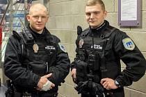 STRÁŽNÍCI v taktických vestách na zápase s Libercem. Hokejová utkání jsou typickou akcí, na které městská policie tyto muže posílá.