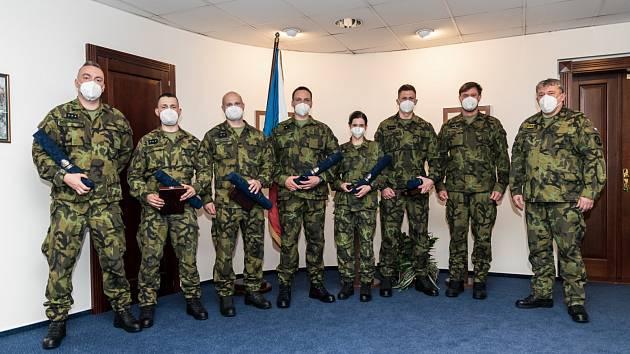Ocenění vojáci na společné fotografii s armádním generálem Opatou..
