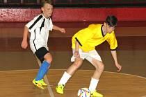 Na snímku ve žlutých dresech vítězný tým turnaje ZŠ Chomutovská Kadaň.