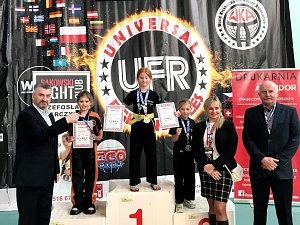 Na snímku je na stupních vítězů zlatá Alice Jansová a vpravo od ní stojí stříbrná Laura Zimmermannová.