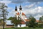 Dominantou Března a jednou z nejvýznamnějších barokních památek Chomutovska je kostel sv. Petra a Pavla.