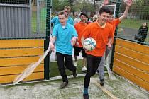 Jako první se na hřiště vrhli studenti 1.G (oranžoví) a kvinty (modří).