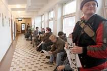 ČEKÁNÍ. Na chomutovském odboru ve čtvrtek čekali na přepsání či odhlášení vozidla Chomutováci, kteří se chtějí vyhnout vysokému poplatku.