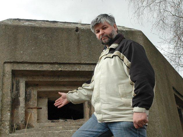 Řopíky najdou lidé na Chomutovsku i nedaleko sídlišť. Na snímku je u jednoho z nich Jaroslav Říha.