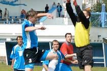 DERBY V KRAJSKÉM PŘEBORU, Tatran Kadaň – AFK LoKo Chomutov, vyhráli fotbalisté domácí Kadaně 1:0 gólem Uhlíka šest minut před koncem. Na snímku chytá míč chomutovský gólman Tomáš Patrovský před dotírajícím Tomášem Kroupou z Kadaně.