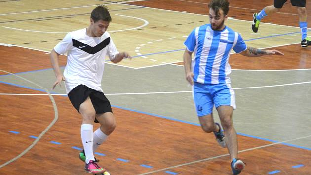 Parádně vyšel vstup do páté ligy týmu FC Citizens (v pruhovaném), který dal Slovanu Jirkov osm branek.